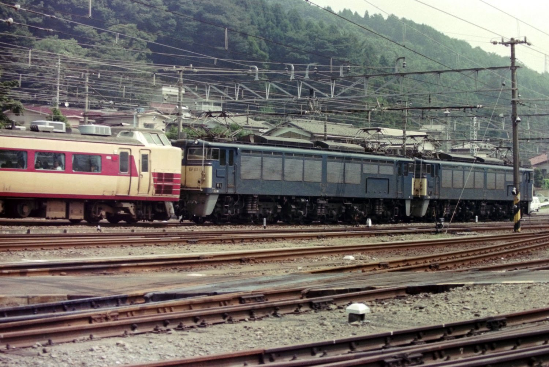 1992年8月23日の横川駅。EF63が特急あさま号を押しながら勾配を駆け上がっていく。EF63は2両繋がった「重連」で任務についた。横川機関区から撮影。