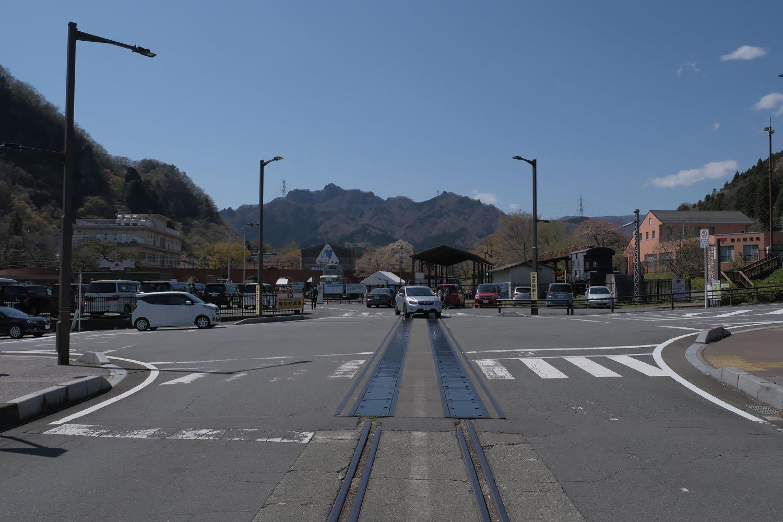 横川駅は線路が途切れているが一本だけ残されており、横川駅構内から碓氷峠鉄道文化むらへ通じている。動態保存されているEF63をJR大宮工場で整備するため、この線路を走ったことがある。写真左手の白い建物は機関区の詰所であった。