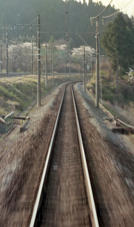最後にアプトの道と新線跡が分かれる辺りの、現在の姿と1994年の時の姿。周囲の景色からほぼ同じ場所と思われる。1994年の時はイベント列車の旧型客車最後尾からなんとなく撮影したもので、今回の記事にあたり発掘してみたらほぼ同じ場所であった。架線柱や背後の山などが合致する。