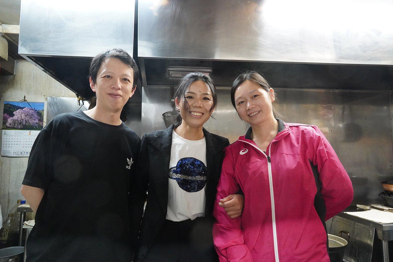 左から料理人のヨウさん、オーナーのセキさん、フロア担当のシンさん。メニューは3人で考える。