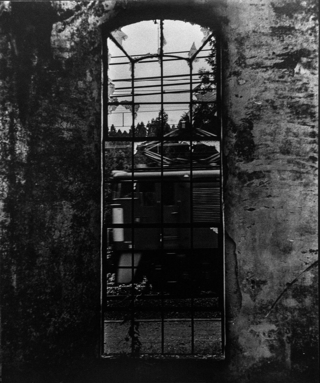 1994年8月、高校の写真部合宿で撮影した丸山変電所から見たEF63。この構図は当時手に取った鉄道趣味月刊誌「Rail Magazine」表紙がカッコよくて真似た。たしか、ヨドバシカメラで売っていたコダックトライエックスの100フィートフィルム詰め替え品で撮ったと思う。