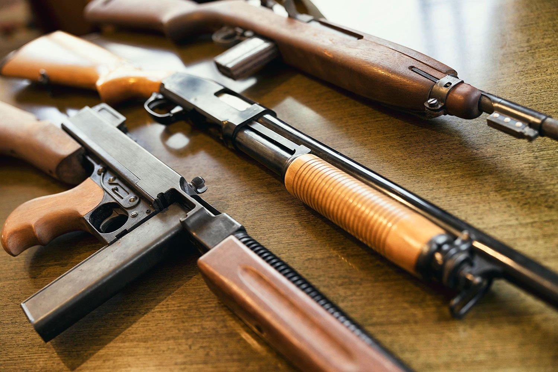モデルガンも多数所有するガンマニアの柏原さん。脚本作品でも銃がよく登場する。