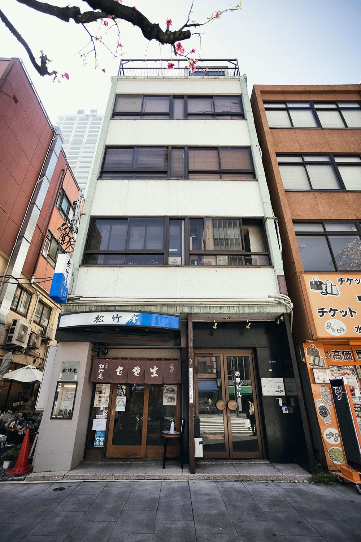 人形町通りにある柏原さん所有のビル。地下に試写室があり、2階がカフェだった空間だ。