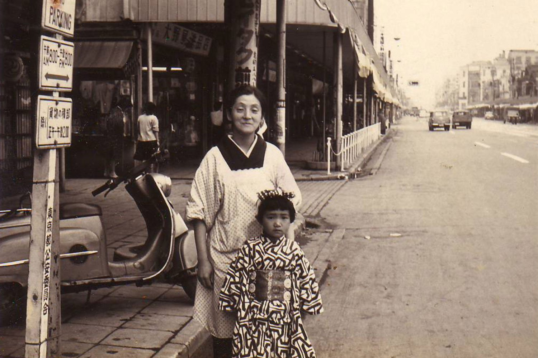 1960年の人形町通りに面した自宅前。写っているのは柏原さんのお母さんと妹さん。(写真提供=柏原寛司さん)