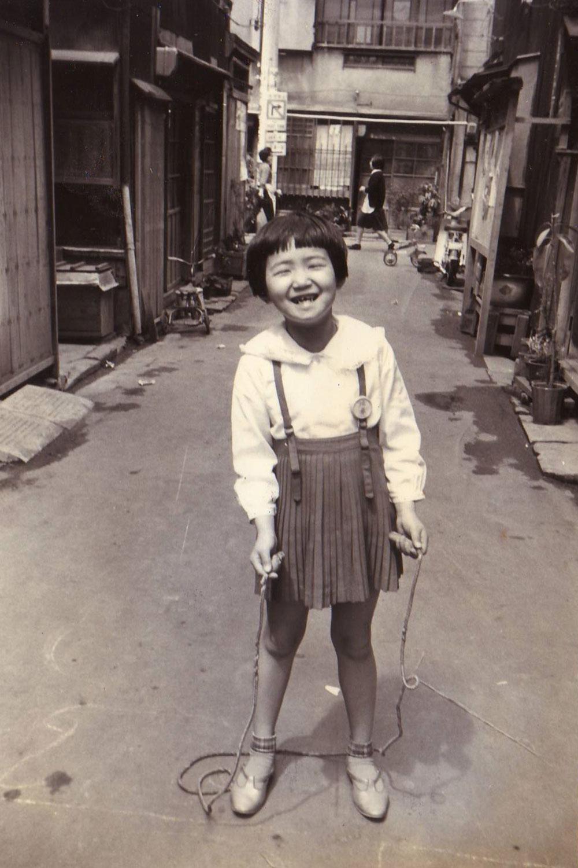 1960年頃の路地の雰囲気。こちらも柏原さんの妹さん。(写真提供=柏原寛司さん)