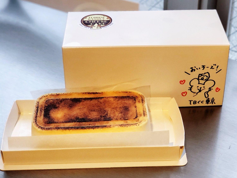 テリーヌバスクチーズケーキ(ホールサイズ) 2400円。