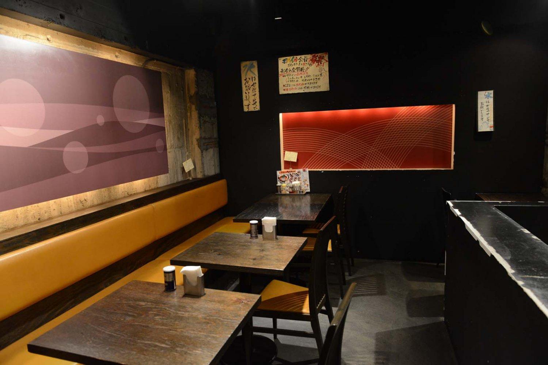 2階のテーブル席では、間接照明に照らされたアートな空間。