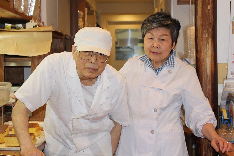 3代目坂本純一さん(左)と妻の晴子さん(右)。