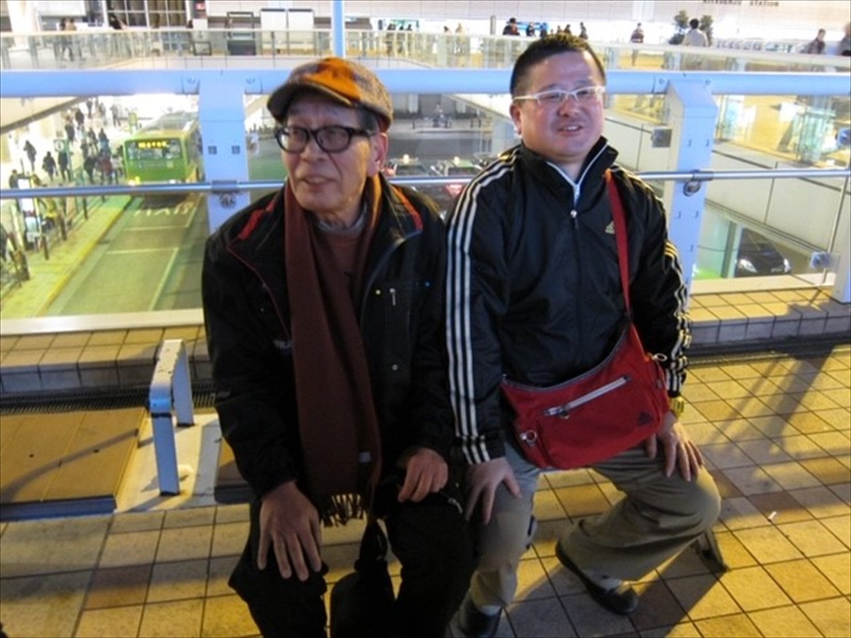2012年、北千住駅西口にて。破天荒な鬼才の新作落語遺伝子は、弟子の三遊亭白鳥さんがきっちり継承している。