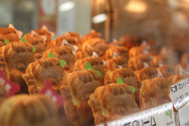 店には焼きたてのペコちゃん焼が並ぶ。