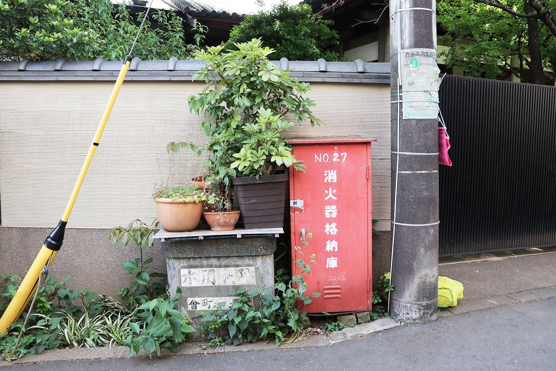 下町ならでは、防火用水層が鉢植えの舞台に。