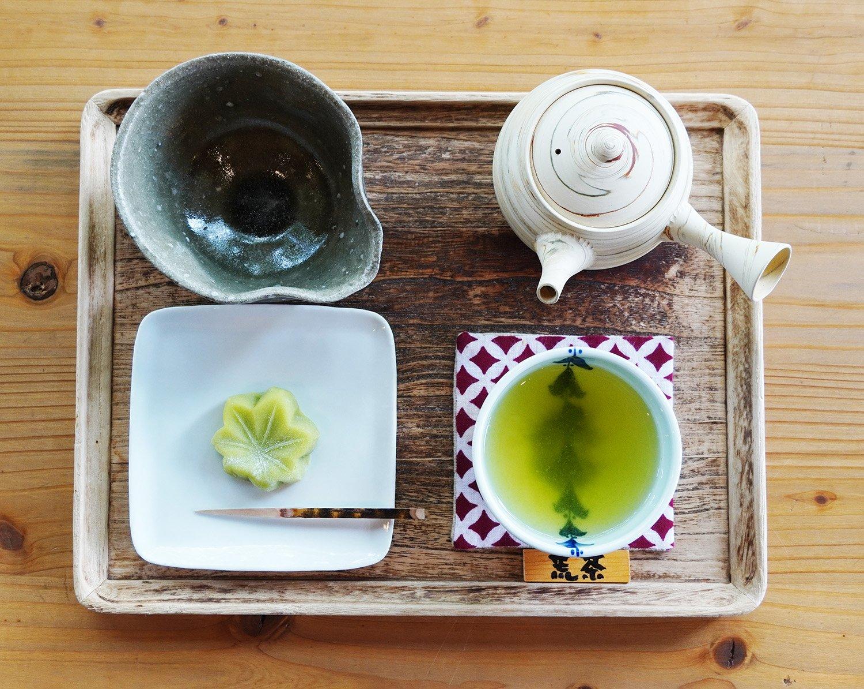 荒茶セット830円。左上の茶器は、お代わりのお湯をもらうための湯ざまし。