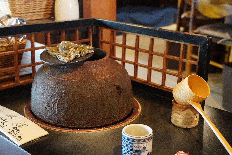 お代わりのお湯は茶釜からひしゃくでそそぐ。