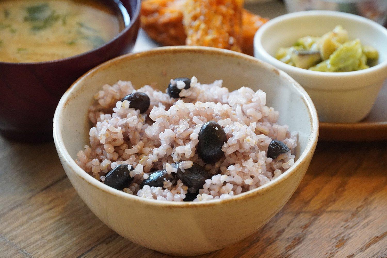 栄養価の高い五分搗き米の黒豆ごはん。
