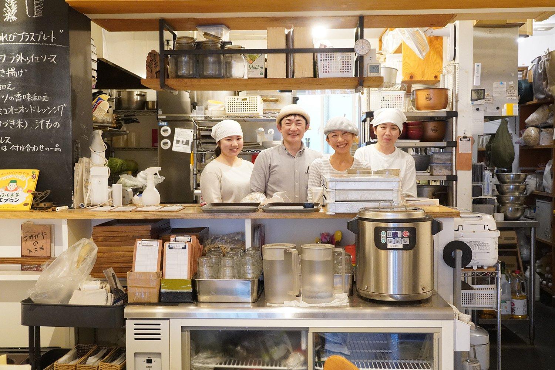 店長の中林さん、シェフの敏子さん、スタッフのお二人。