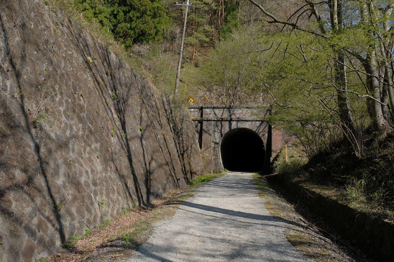 第一トンネルを出て振り返る。トンネル上はすぐ旧国道18号の道路が迫っている。ここも埋められていたような気がするが、記憶が曖昧だ。