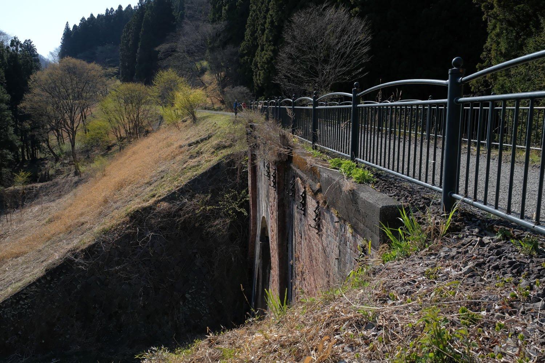 碓氷第2橋梁。がっしりとしたレンガ造りの橋梁で、両サイドはこれまた立派な築堤が聳える。いまは整備されて簡単にアクセスできるが、放置されていたときは近づくのも大変だった。