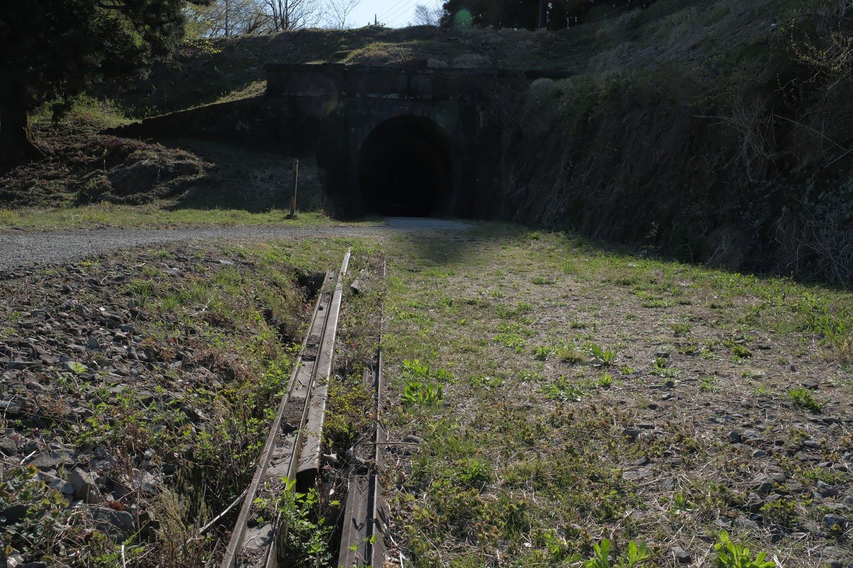 第2トンネルと、手前で放置されていたレール。大きさから推測するに37kgレールかと思われる。実際に使われていたのだろうか。