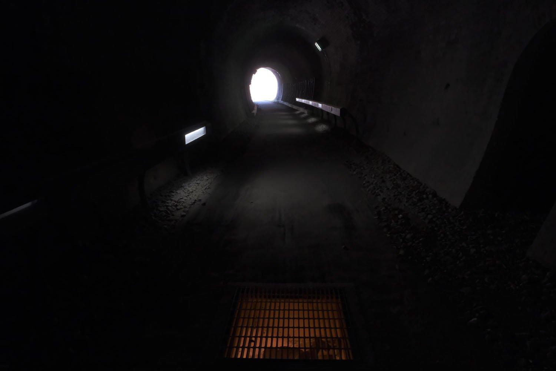 第2トンネル内部の地面は照明で照らされているところがあった。説明板はなかったが、溝のようなものが見えたので排水設備かもしれない。