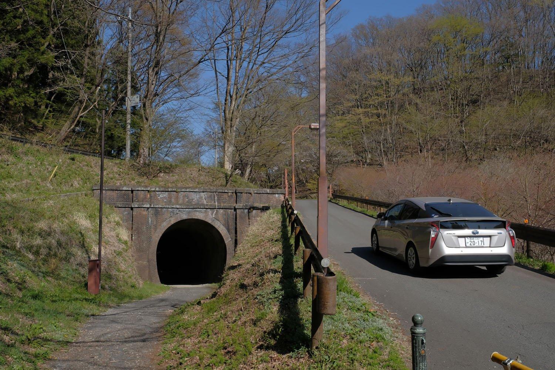 第2トンネルの軽井沢方。脇の道路は人造湖「碓氷湖」へ至る。このトンネルは半分埋められていた。下の写真と見比べてほしい。