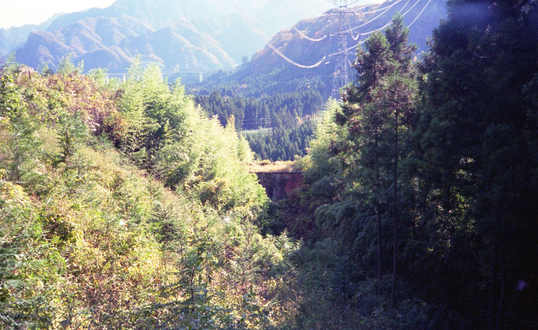 1996年10月17日に旧国道から撮影した同じ橋梁。遠目に見ても旧線跡は荒れ放題だったのが分かった。