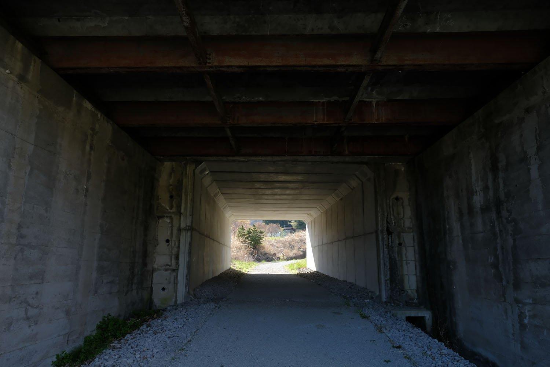 旧国道18号線の跨線橋内部。旧線が現役の頃からあったはずだ。部分的に改修されている。