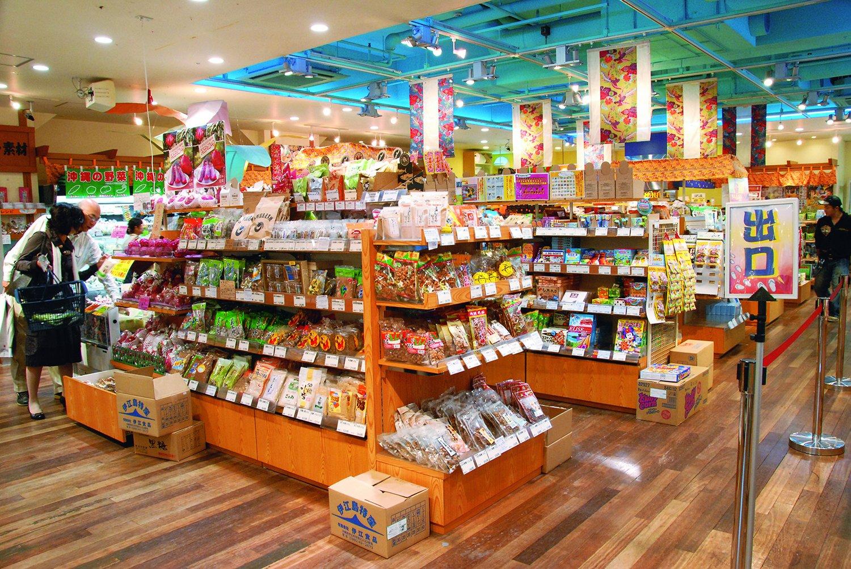 沖縄の食材やお菓子などが豊富にそろう『銀座わしたショップ』。