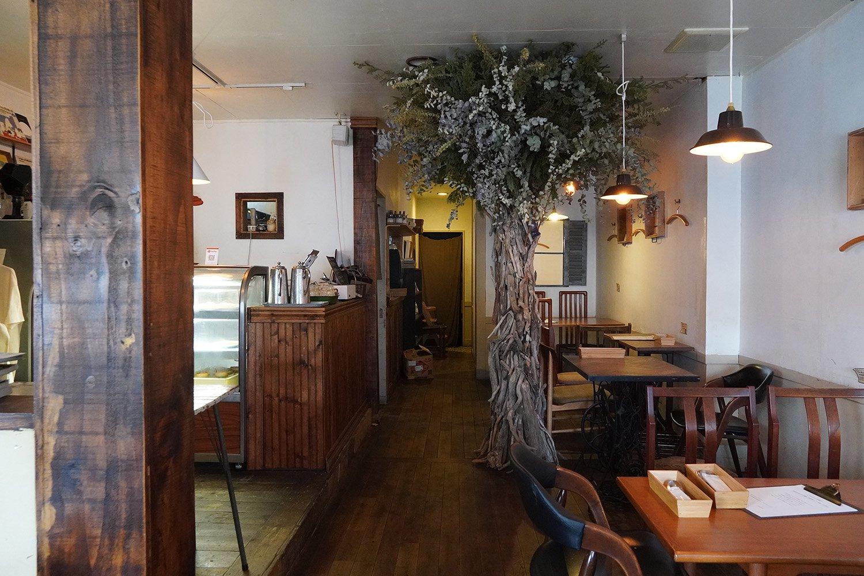 古い木材を使ったカウンターや床が白い壁に映える。