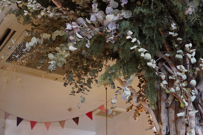 流木を組み立てて土台を作り、ドライフラワーを飾ったシンボルツリー。