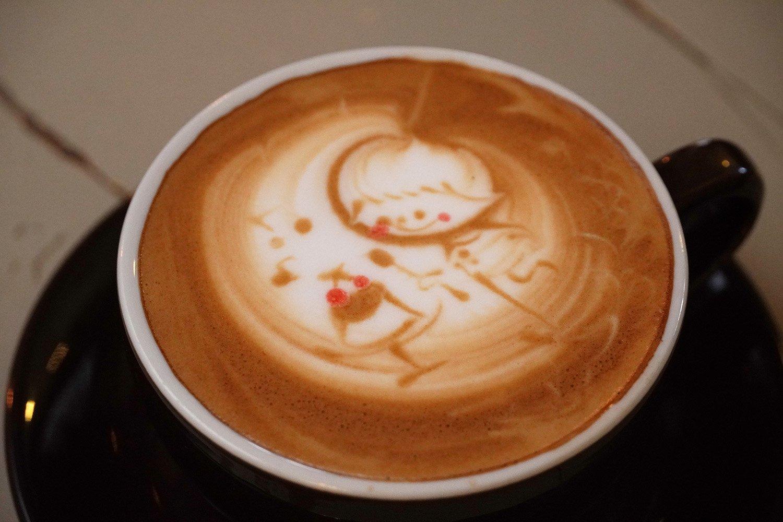 かわいらしいラテアートのカフェラテ550円。