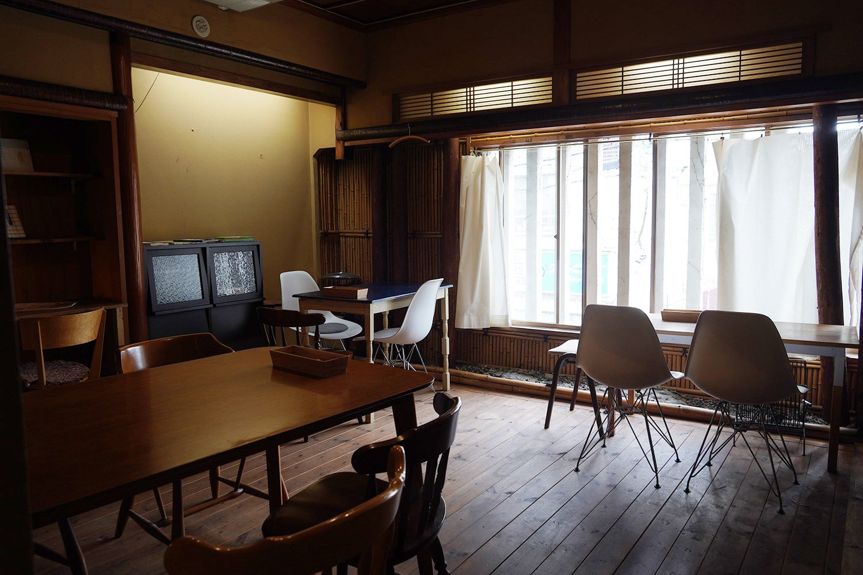 もとは畳だった部屋を改装。風の抜ける気持ちのいい空間だ。