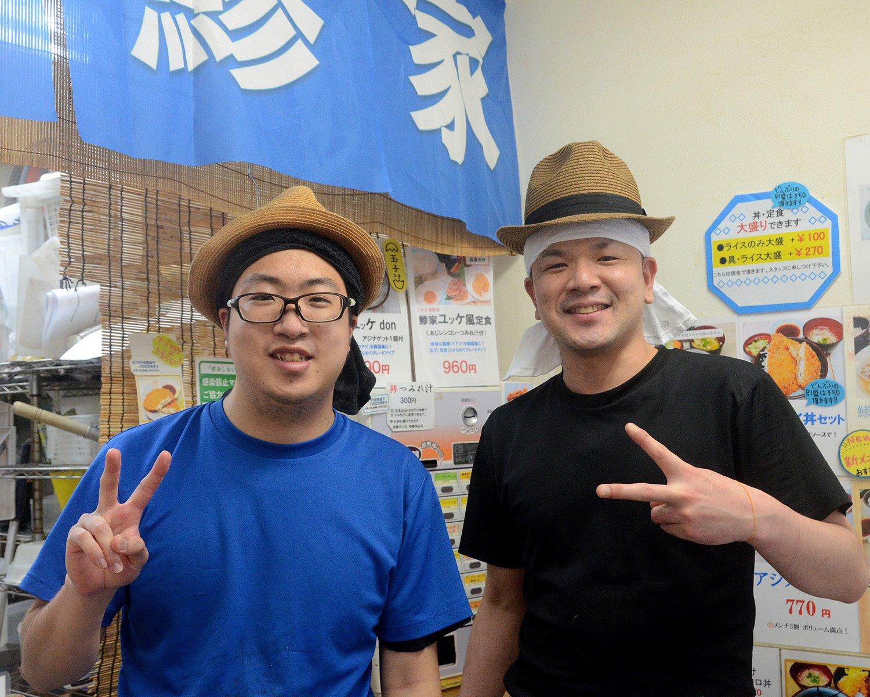 取材に答えてくれたのは店長を務める中西大祐さん(右)。スタッフとの和気あいあいとした掛け合いをはじめ、店内はアットホームな雰囲気に。