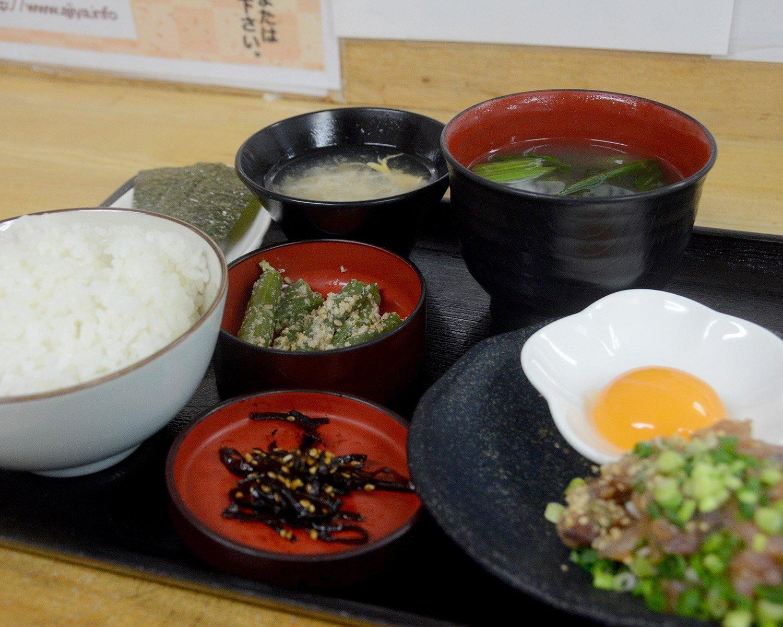 待ちに待った鰺家なめろう定食800円。メインのなめろうのほか、小鉢料理が3つ、そして味噌汁と卵スープが並んでいるのが印象的。