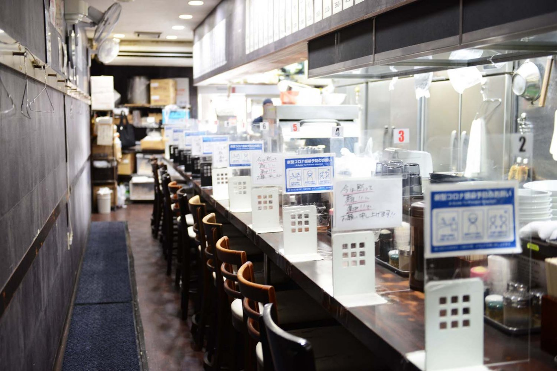 店内は長いカウンター席のみ。客が来店すると最奥部の調理場まで注文の声が響く。