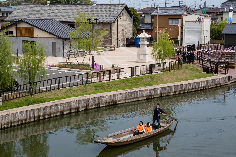 津軽河岸あと広場前をさっぱ舟がゆるやかに進む様子は、 どこかしら懐かしさを覚える。