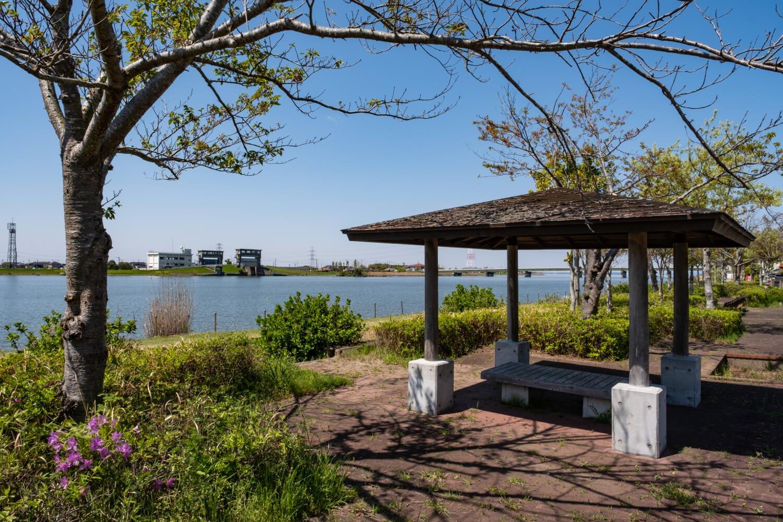 葛飾北斎の冨嶽三十六景「常州牛堀」が公園名の由来となっている。