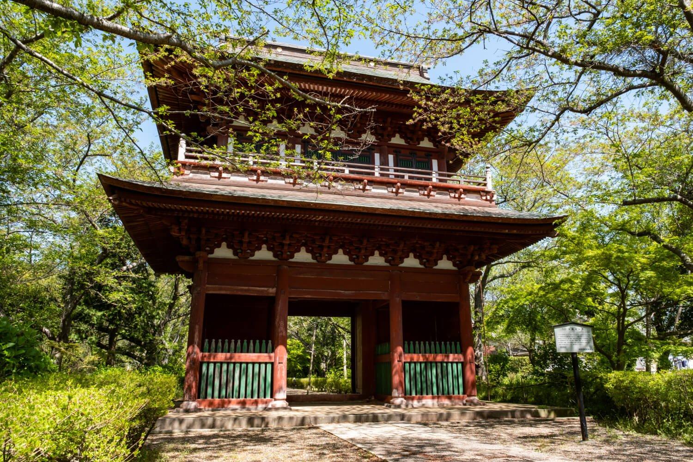 参拝者を出迎える禅宗様式の山門。
