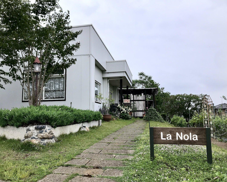 緑麗しい茶畑のかすかな傾斜の上に立つ真っ白い建物。大きな看板はなく、一見すると田園地帯にあるおしゃれな邸宅だ。