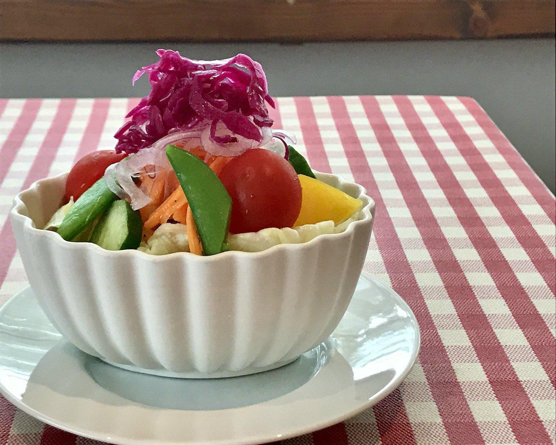サラダの味を引き立てるのは自家製和風ドレッシング。トッピングされた酢漬けの赤キャベツとキャロットラペの酸味でさわやかにいただける。