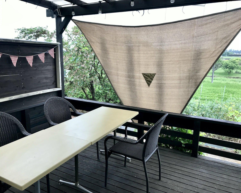 富美之さんお手製のテラス席。夏場は虫が多く冬場は寒いという難点はあるが、春と秋は最高。