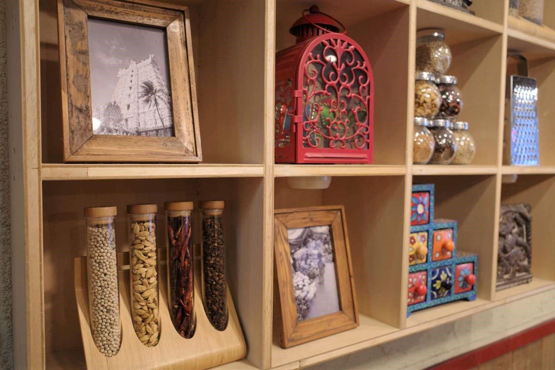 スパイスが飾られる棚。こういうのって写真に撮りたくなりますよね。