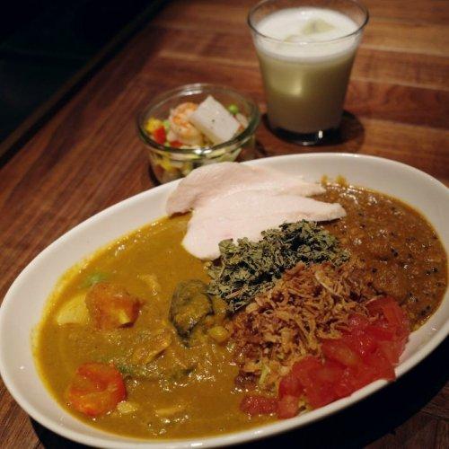 糖質オフなのに満足感たっぷり。神田『ヨンイチカレー』のあいかけカレーは野菜・スパイス・お肉たっぷりで超充実!