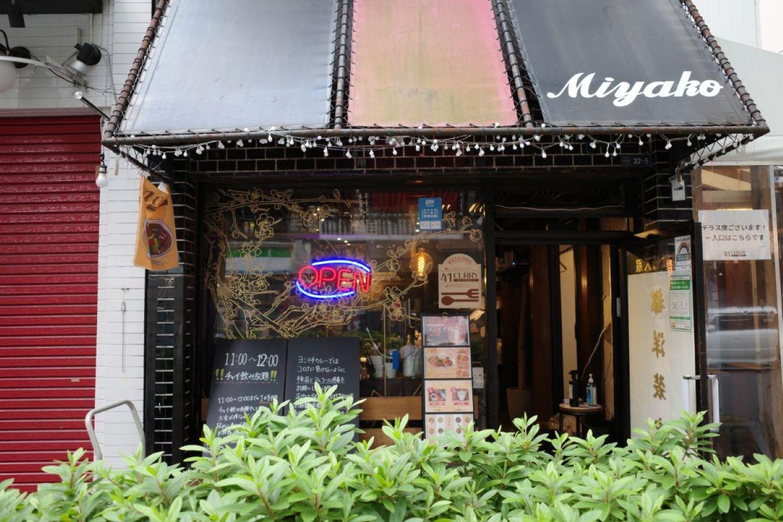 古い洋装店をリノベーションした『ヨンイチカレー』。屋根と扉にその名残がある。