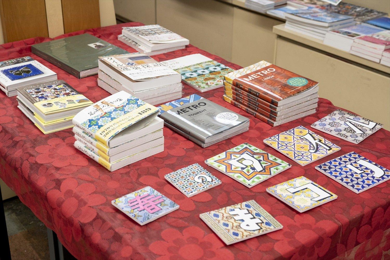 """10名ほどの書店員が担当する棚は、""""タイル""""、悪魔や草などの""""辞典""""など、個性的なテーマ多し。美しい装丁にも引かれ、趣味の世界が広がりそう。"""