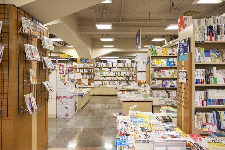 雑誌、児童書も充実。ステーショナリーの品揃えも豊富だ。