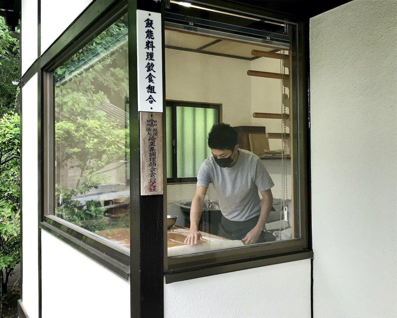 最近ではそば打ちを任されることも多くなった弟子の辻川さん。開店前の9時くらいに見られる光景だ。