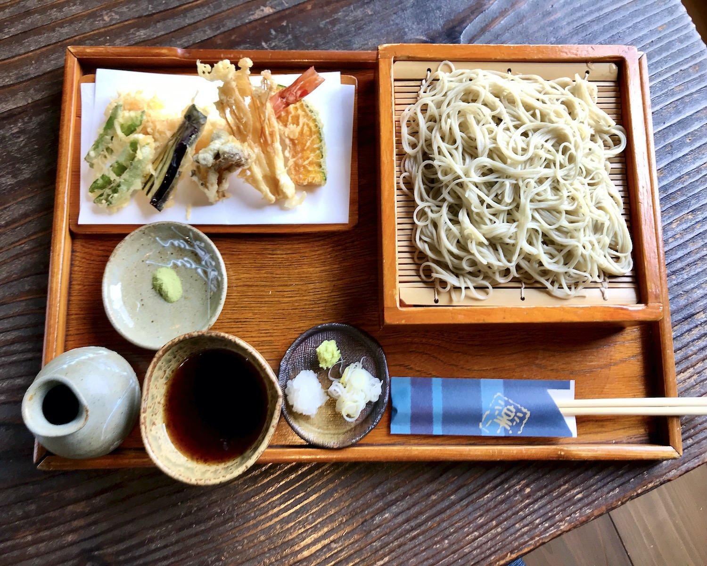 """天せいろそば1800円。大河原さんが割烹料理屋から""""目で盗んだ""""というカリッとした天ぷらも好評。"""
