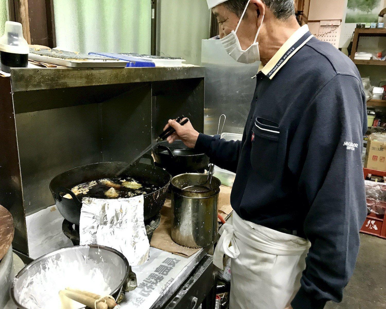 天ぷらを揚げる大河原さん。弟子の辻川さん曰く「油の中で、油の温度差で油を切っているよう」という。