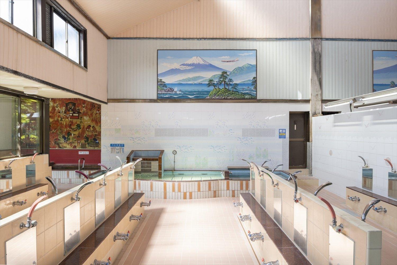 銭湯絵師の中島盛夫さんの富士山が掲げられている。