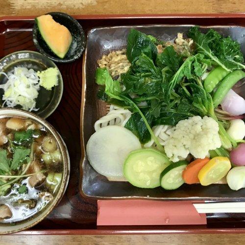 飯能の『長寿庵』はそば屋というより大衆食堂。地元産野菜全23品目の入り肉汁せいろが圧巻!